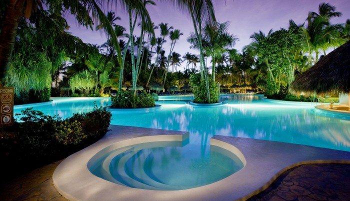 Grande piscine exterieure de luxe