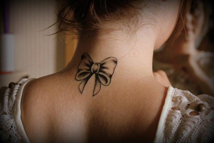 Nuque de femme tatouée