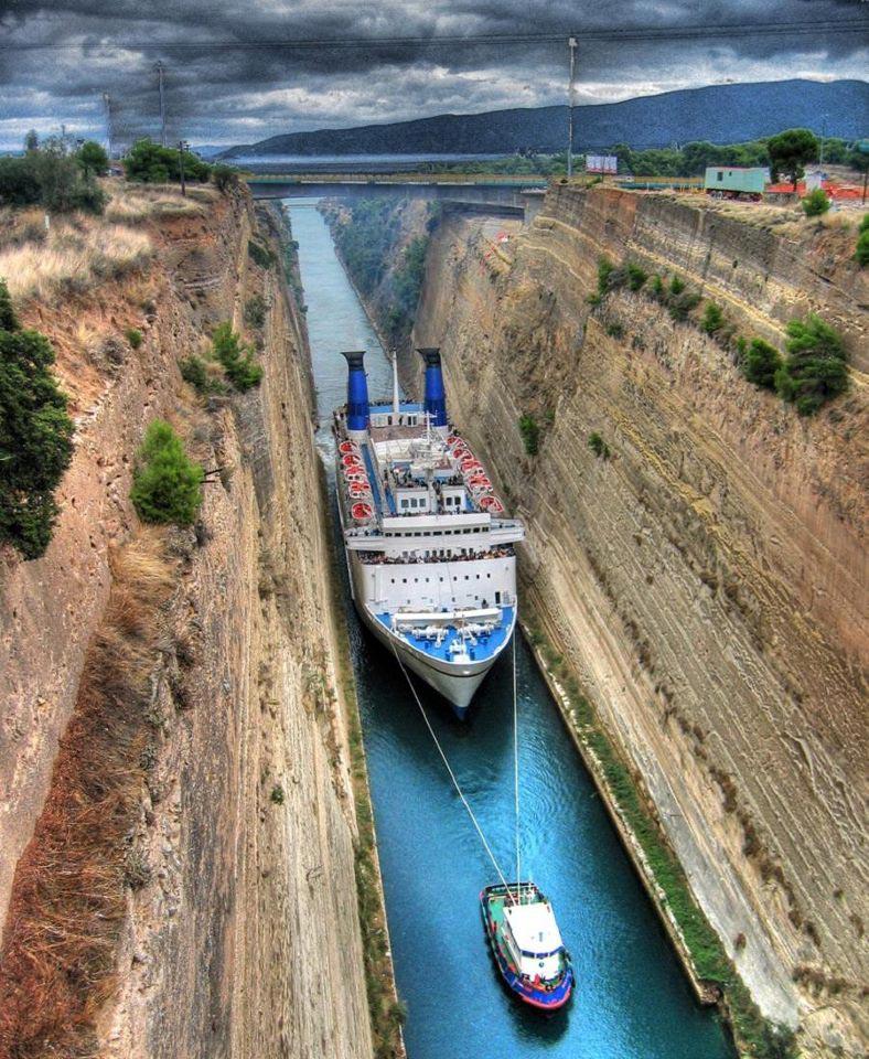 Bateau de croisière sur le Canal de Corinthe