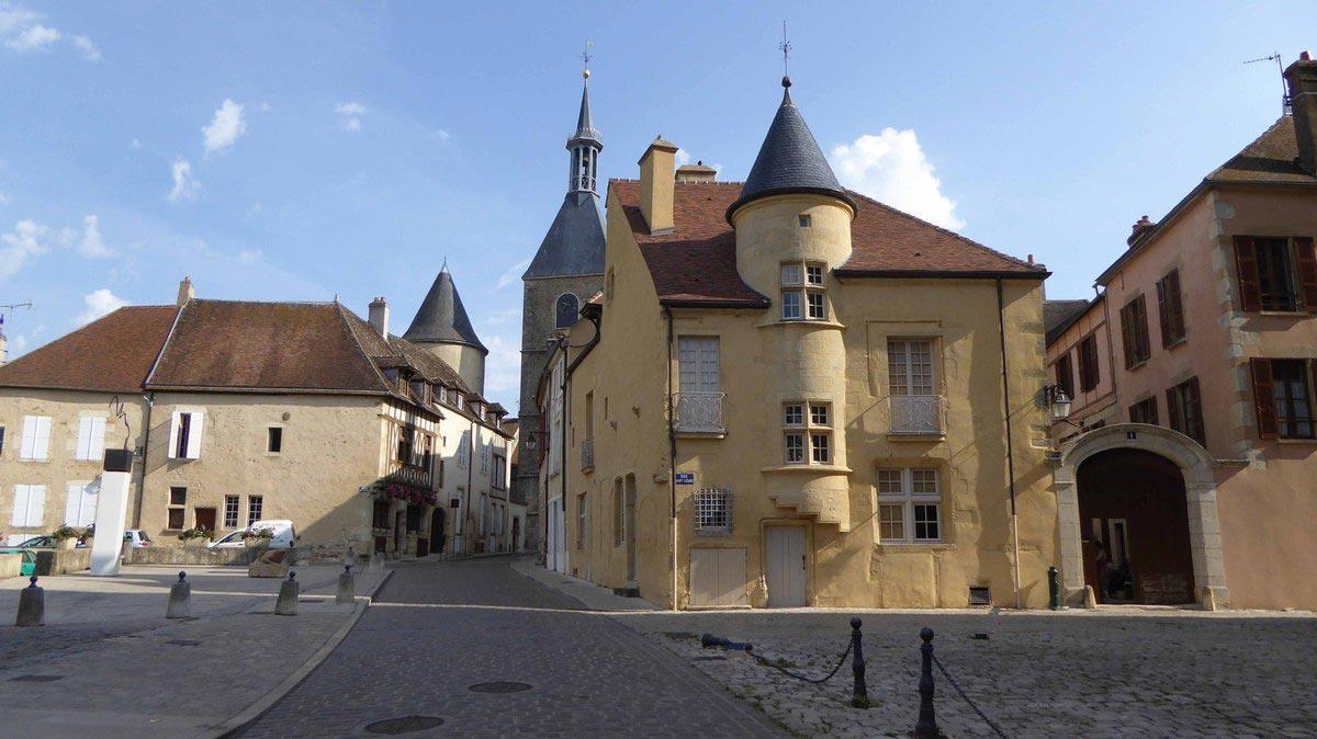 Place de la tour de l'horloge à Avallon