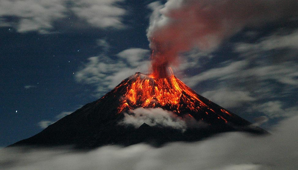 Equateur - Volcan en éruption - Photo